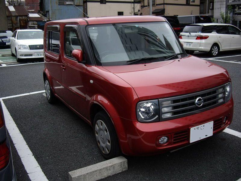 Красный Nissan Cube Cubic вид спереди