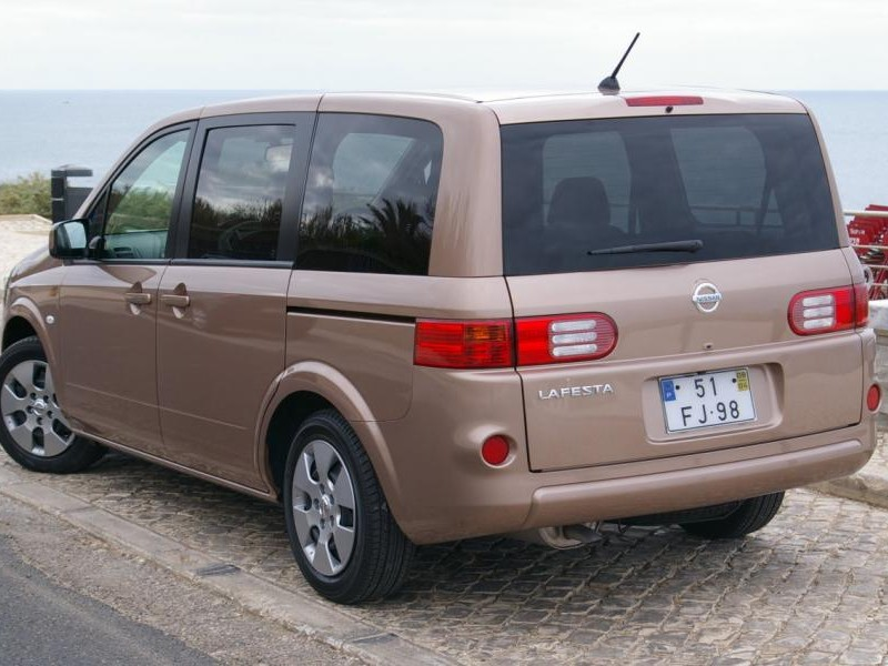 Nissan Lafesta вид сзади