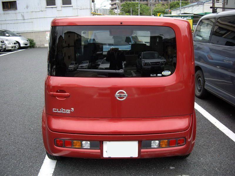 Красный Nissan Cube Cubic вид сзади
