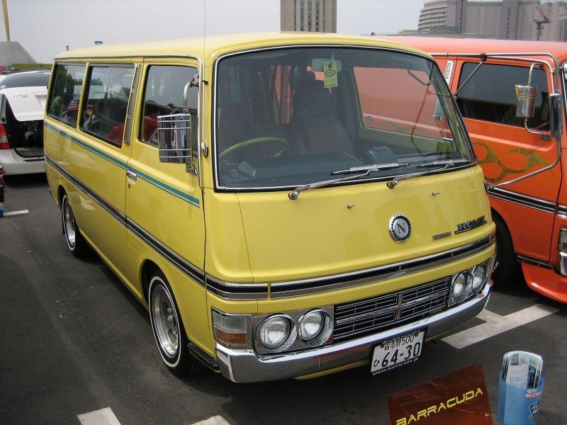 Желтый Nissan Homy вид спереди