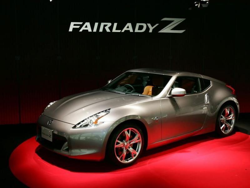 Серебристый Nissan Fairlady Z, вид сбоку
