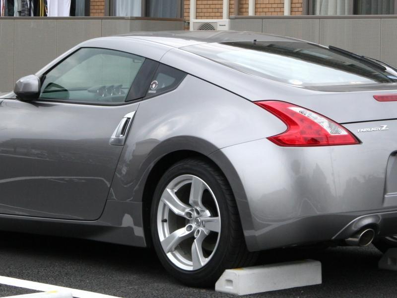 Серебристый Nissan Fairlady Z