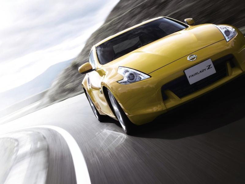 Желтый Nissan Fairlady Z вид спереди