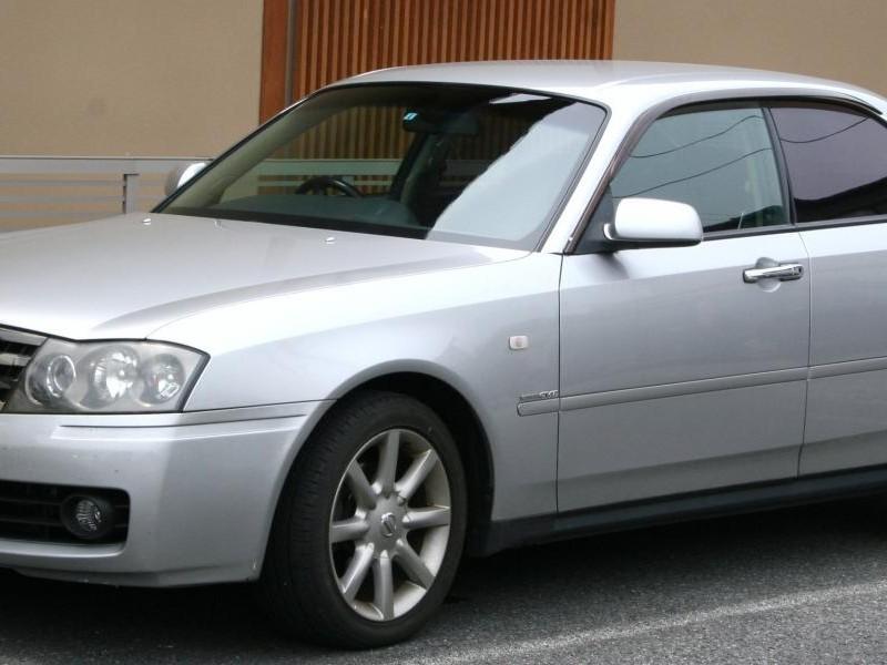 Серебристый седан Nissan Gloria