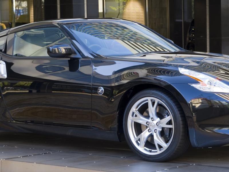 Черный Nissan Fairlady Z вид сбоку