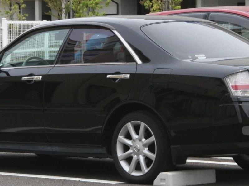 Черный седан Nissan Gloria вид сбоку