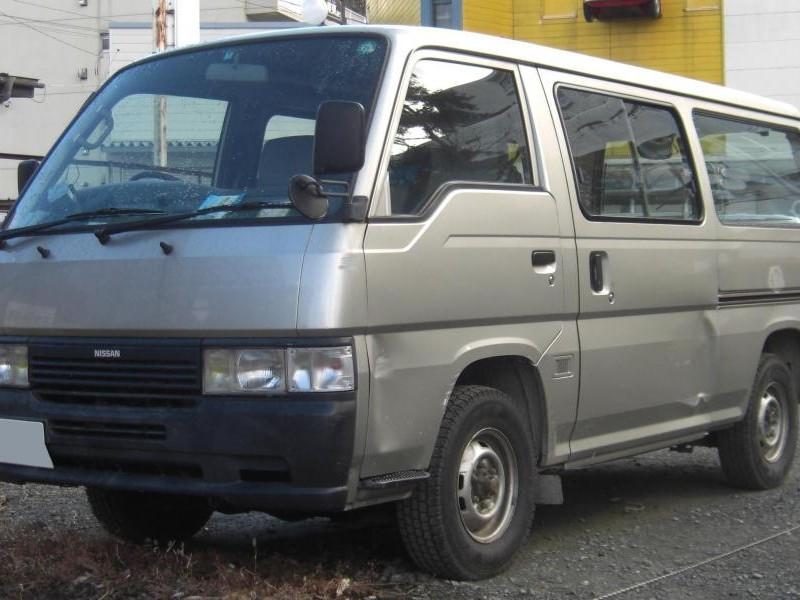 Серебристый Nissan Homy вид спереди, микроавтобус