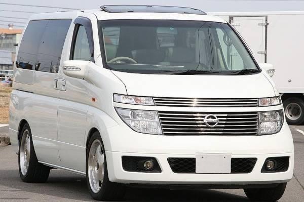 Белый Nissan Homy Elgrand вид спереди