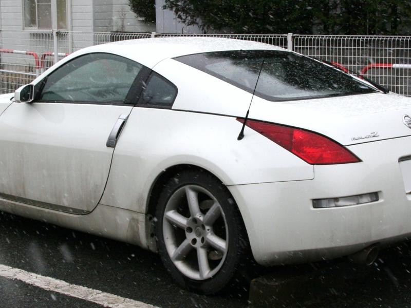 Белый Nissan Fairlady Z вид сзади