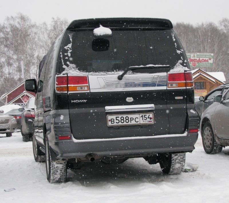Черный Nissan Homy Elgrand, вид сзади