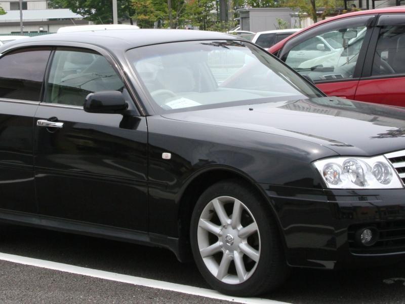 Черный седан Nissan Gloria