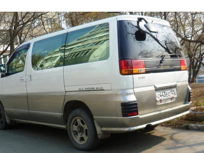 Белый Nissan Homy Elgrand вид сзади