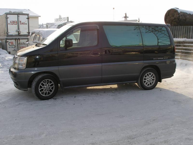 Черный Nissan Homy Elgrand, вид сбоку