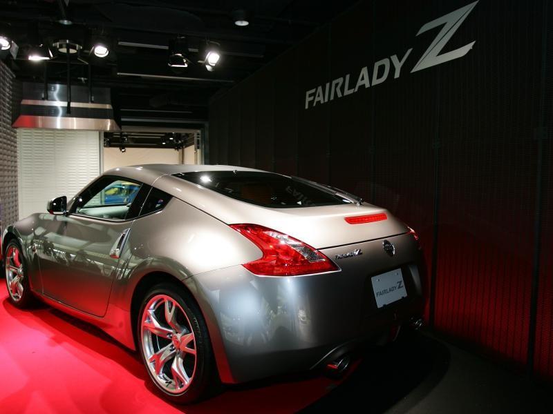 Серебристый Nissan Fairlady Z, вид сзади