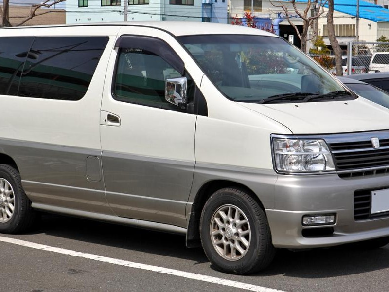 Белый Nissan Homy Elgrand, вид сбоку
