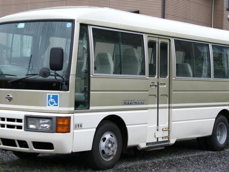 Серебристый автобус Nissan Civilian
