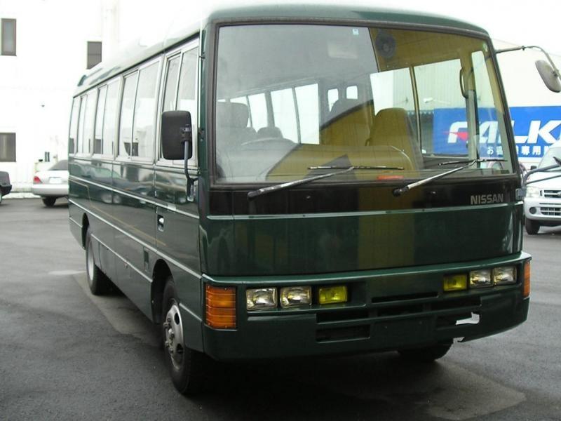Зеленый автобус Nissan Civilian вид спереди