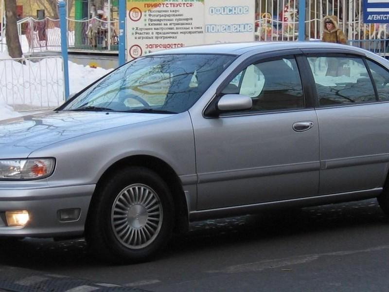 Серебристый седан Nissan Cefiro, вид сбоку