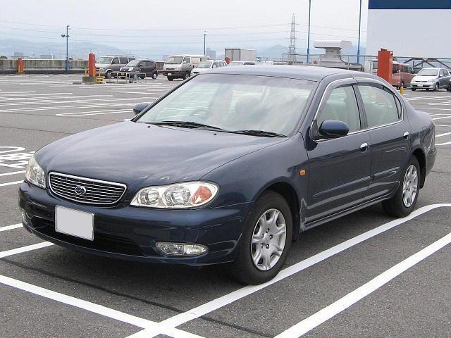 Синий седан Nissan Cefiro вид спереди