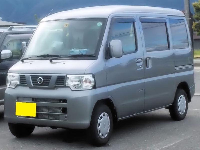 Серебристый Nissan Clipper вид спереди