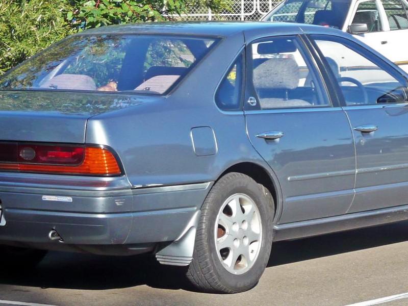 Седан Nissan Cefiro, вид сбоку