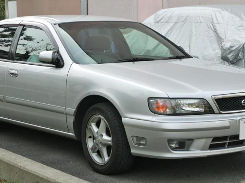 Серебристый седан Nissan Cefiro