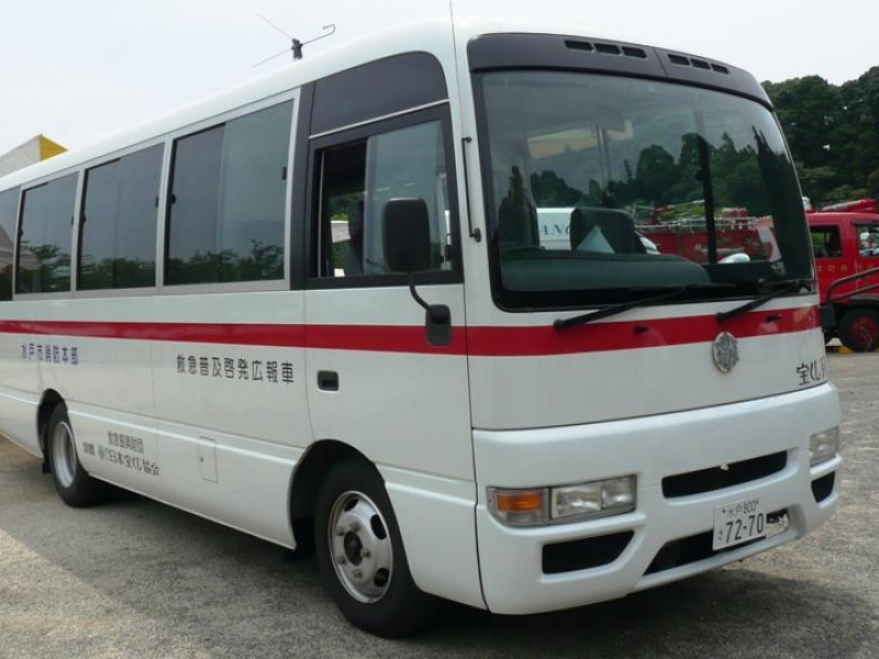 Белый автобус Nissan Civilian