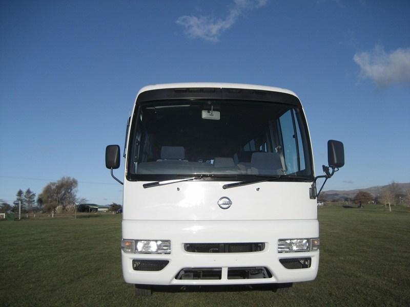 Белый автобус Nissan Civilian вид спереди