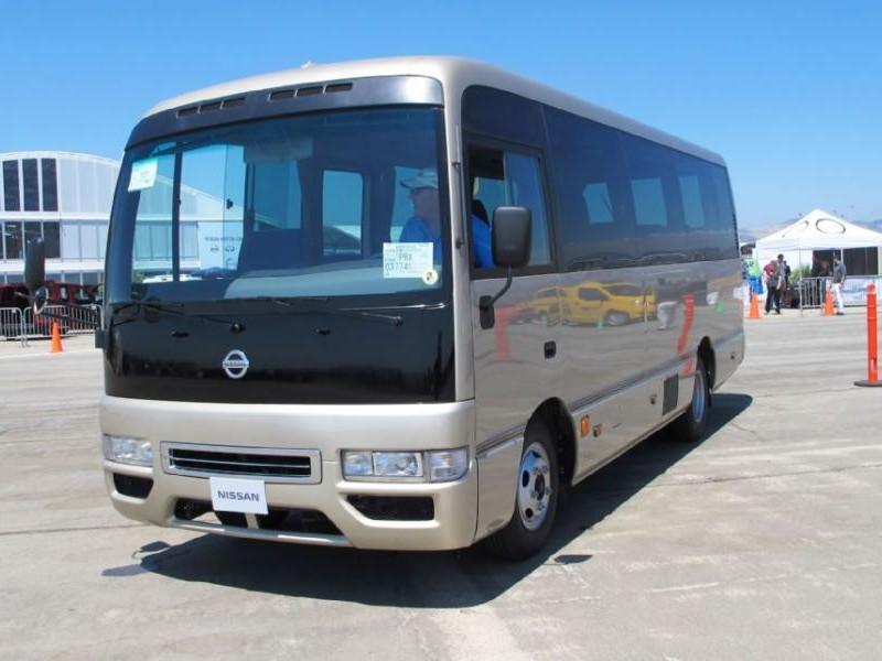 Серебристый автобус Nissan Civilian, вид спереди