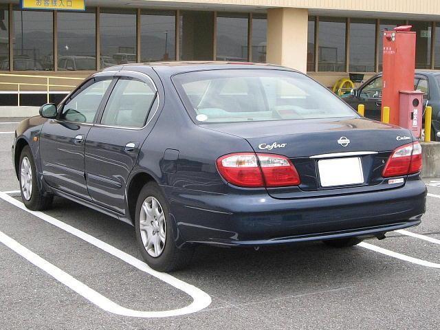 Синий седан Nissan Cefiro вид сзади
