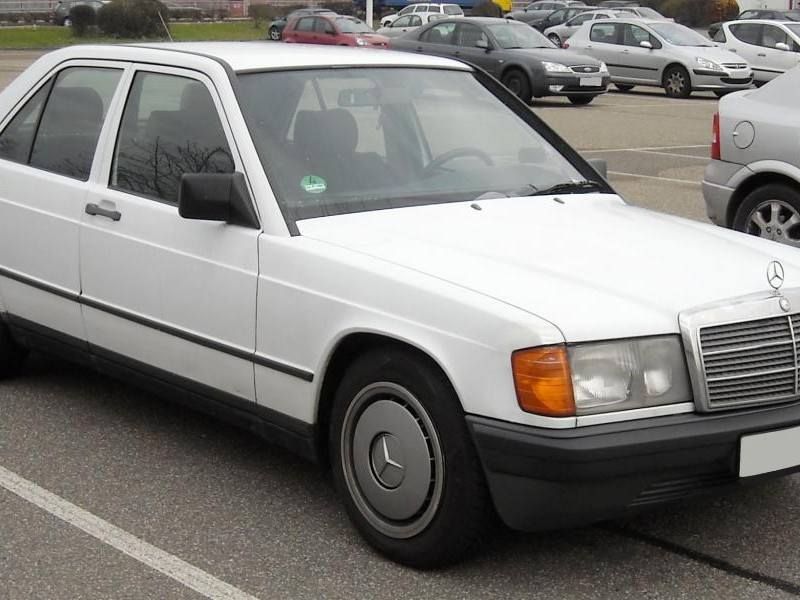 Белый седан Mercedes W201