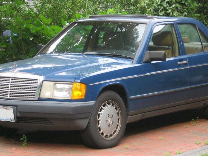 Синий седан Mercedes W201