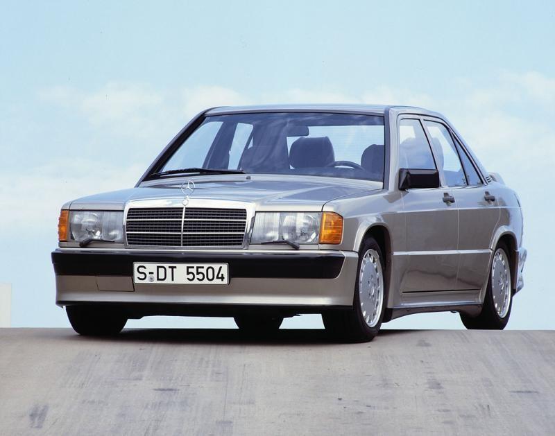 Серебристый Mercedes W201 вид спереди