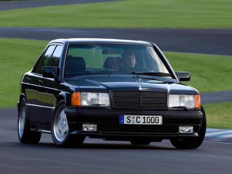 Черный седан Mercedes W201 вид спереди