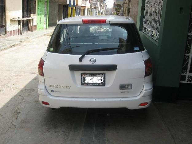 Белый Nissan AD Expert, вид сзади