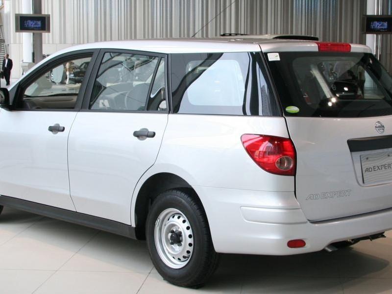 Белый Nissan AD Expert вид сбоку