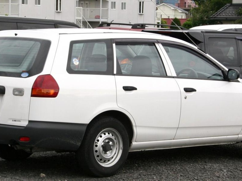 Белый Nissan AD Van вид сбоку