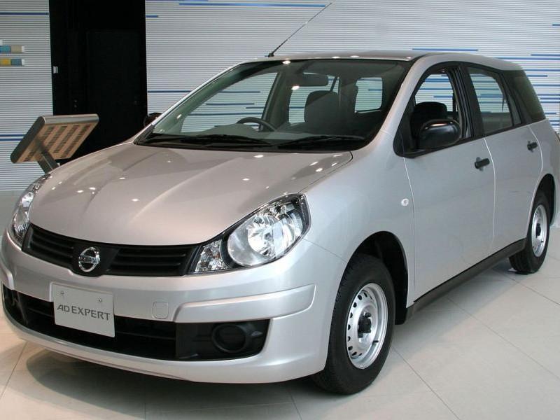 Серебристый Nissan AD Expert вид спереди