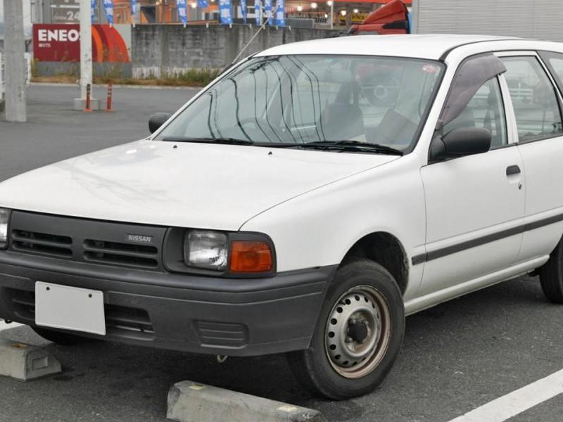 Белый Nissan AD Van, вид спереди