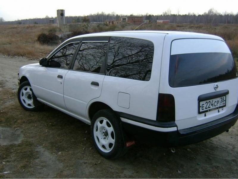Белый Nissan AD Van, вид сбоку