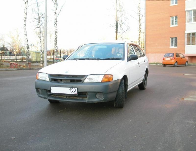 Белый Nissan AD Van вид спереди