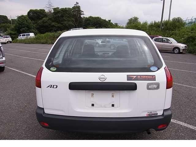 Белый Nissan AD Van, вид сзади