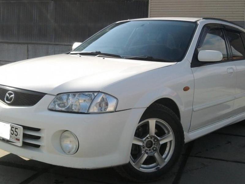 Белый Mazda Familia вид спереди