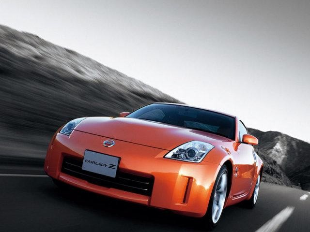 Оранжевый Nissan Fairlady: вид спереди слева