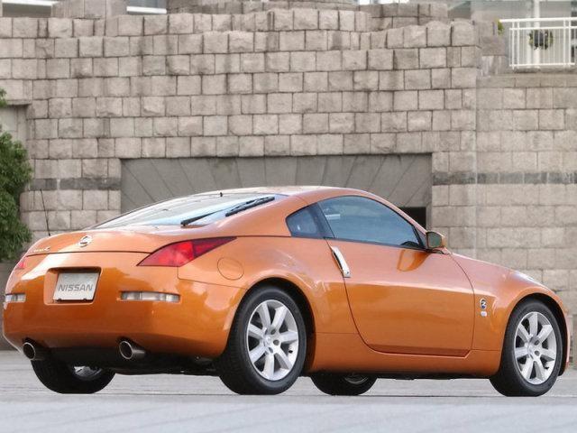 Оранжевый Nissan Fairlady