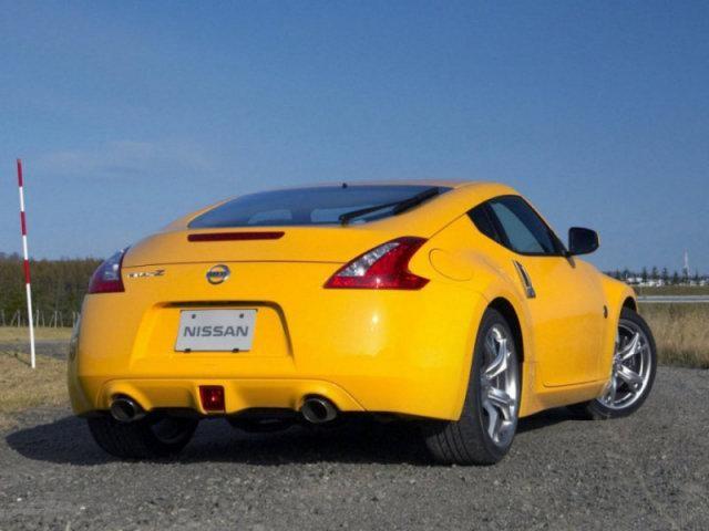 Желтый Nissan Fairlady: вид сзади справа