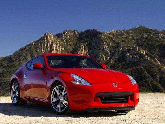 Ярко-красный Nissan Fairlady