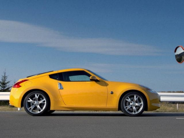 Желтый Nissan Fairlady: вид сбоку