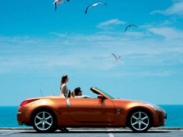 Nissan Fairlady оранжевого цвета и люди