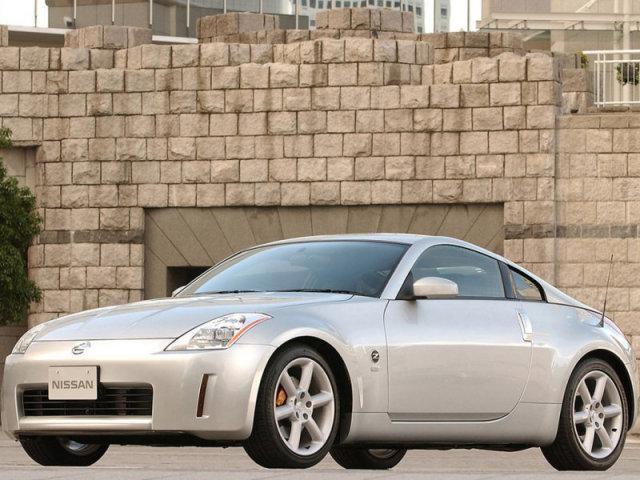 Nissan Fairlady стального цвета: вид спереди слева